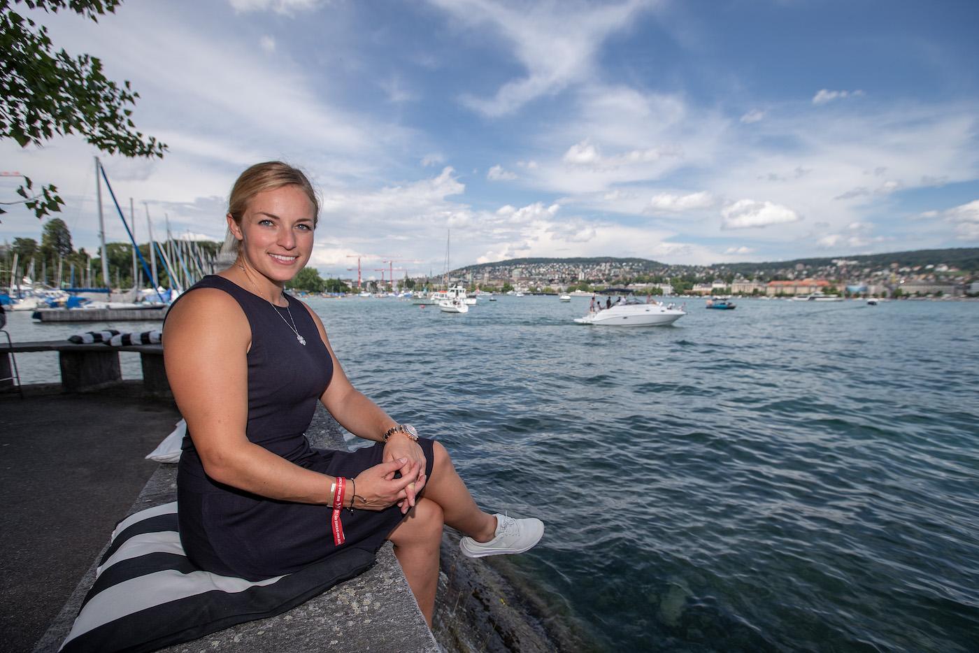 Lara Gut geniesst den Rennsonntag am Zürichsee. (Sven Thomann)