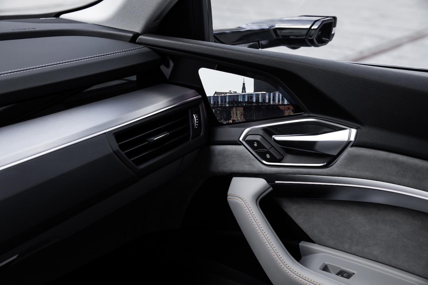 Les rétroviseurs extérieurs virtuels du prototype e-tron: une prouesse technique douée d'avantages pratiques. (Audi)
