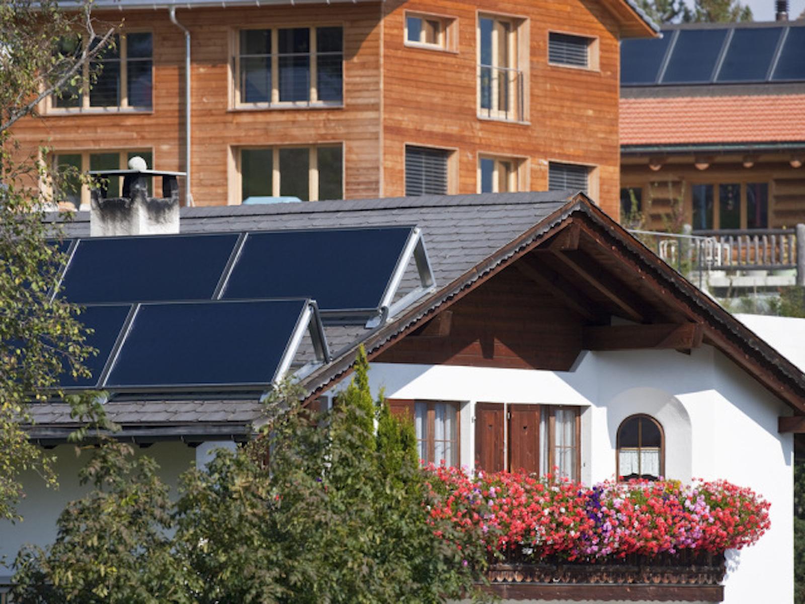 Maison intelligente = économies d'électricité: panneaux solaires sur la toiture d'une maison de Flerden GR. (Keystone/Gaetan Bally)