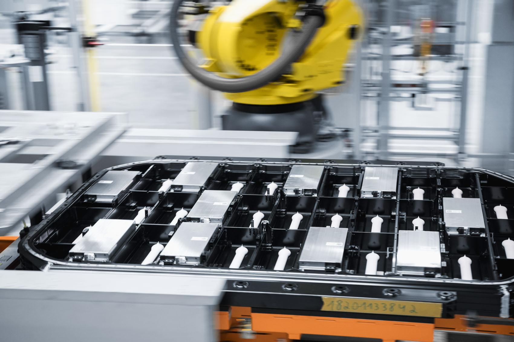 Remplissage: Avant l'insertion des modules de cellules, une pâte thermoconductrice fortement isolante est appliquée.