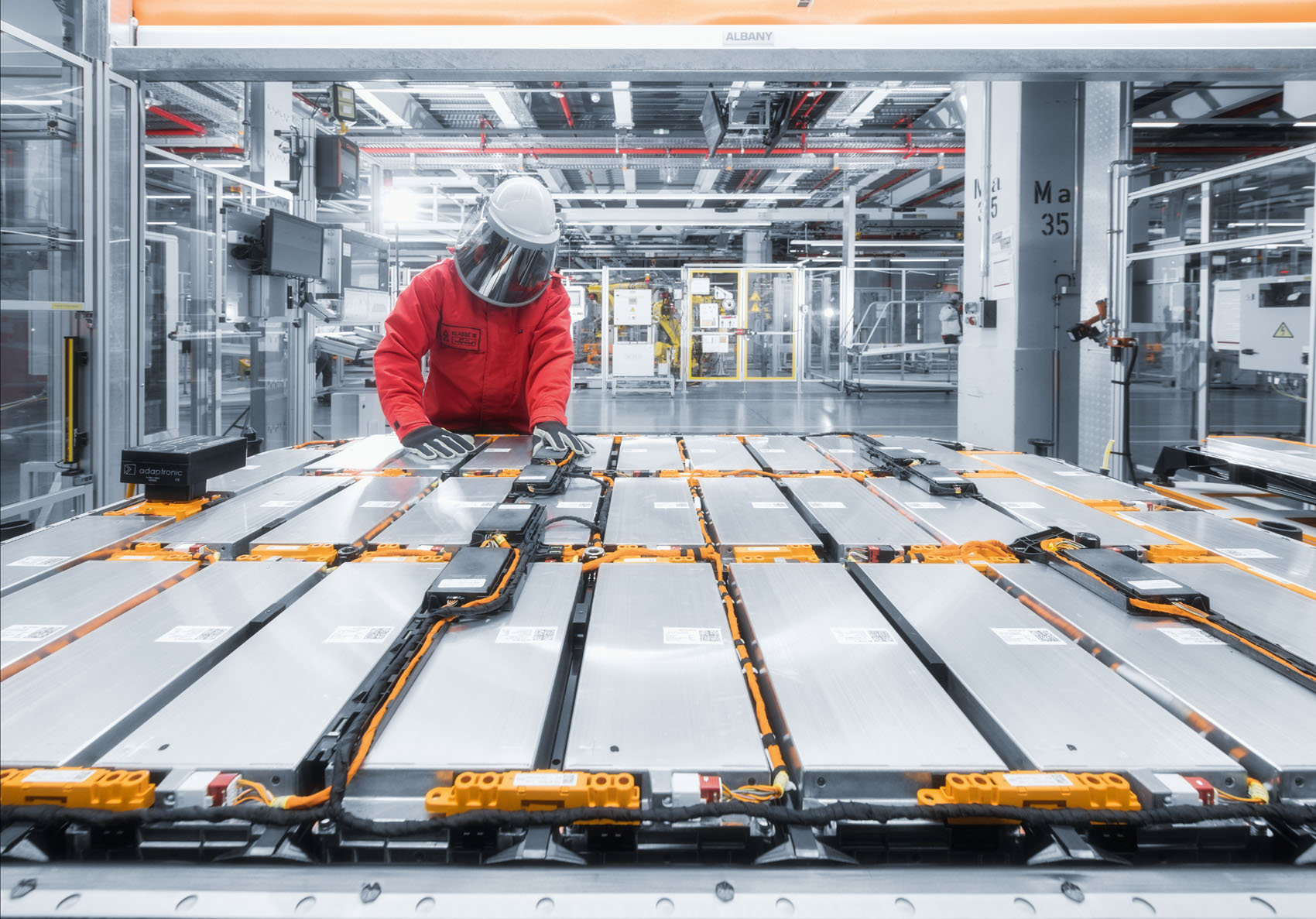 Attention haute tension: Les équipements de sécurité protègent le personnel en milieu haute tension. (Stefan Warter)