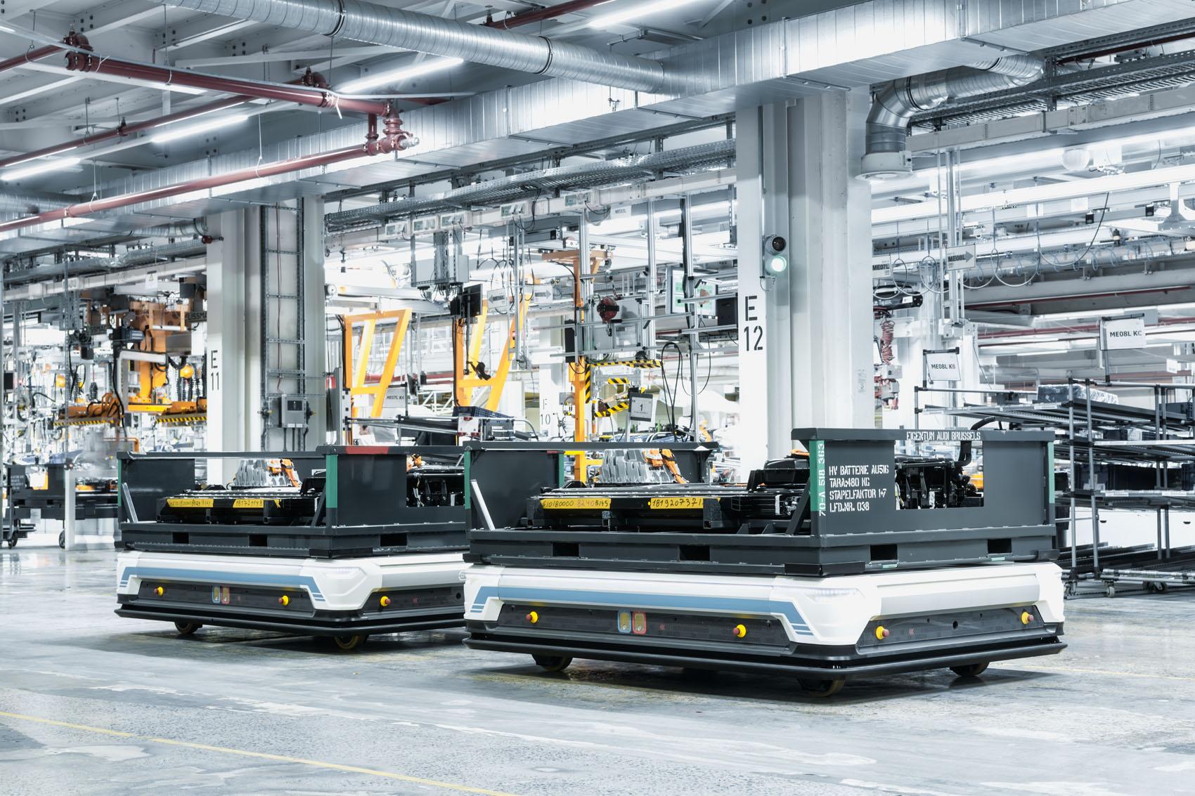 Taxis pour batteries: Des véhicules à guidage automatique (AVG) assurent l'acheminement des batteries sur la ligne de montage.(Stefan Warter)
