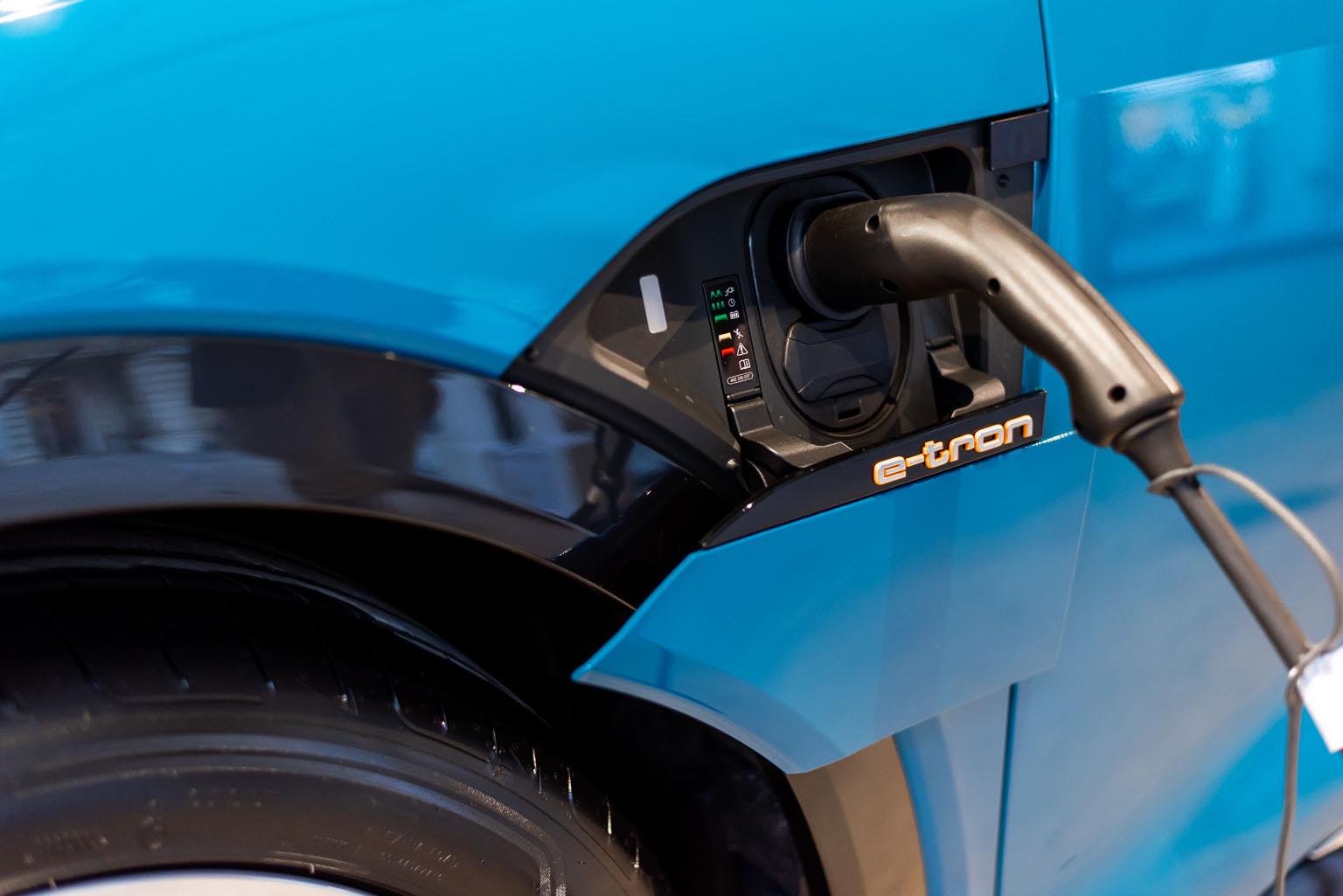 Les volets de recharge de l'Audi e-tron se referment tout seuls comme par enchantement. (Tom Lüthi)