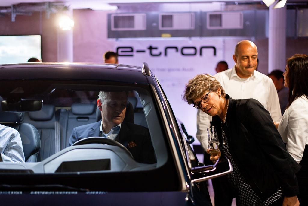 Les deux Audi e-tron exposées ont des rétroviseurs extérieurs virtuels. Un plus en termes de praticité et d'aérodynamique. (Tom Lüthi)