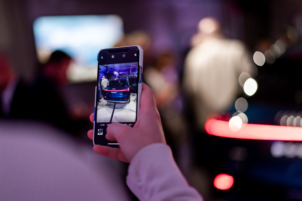 Un invité fait une photo de l'élégant hayon de l'e-tron. (Tom Lüthi)