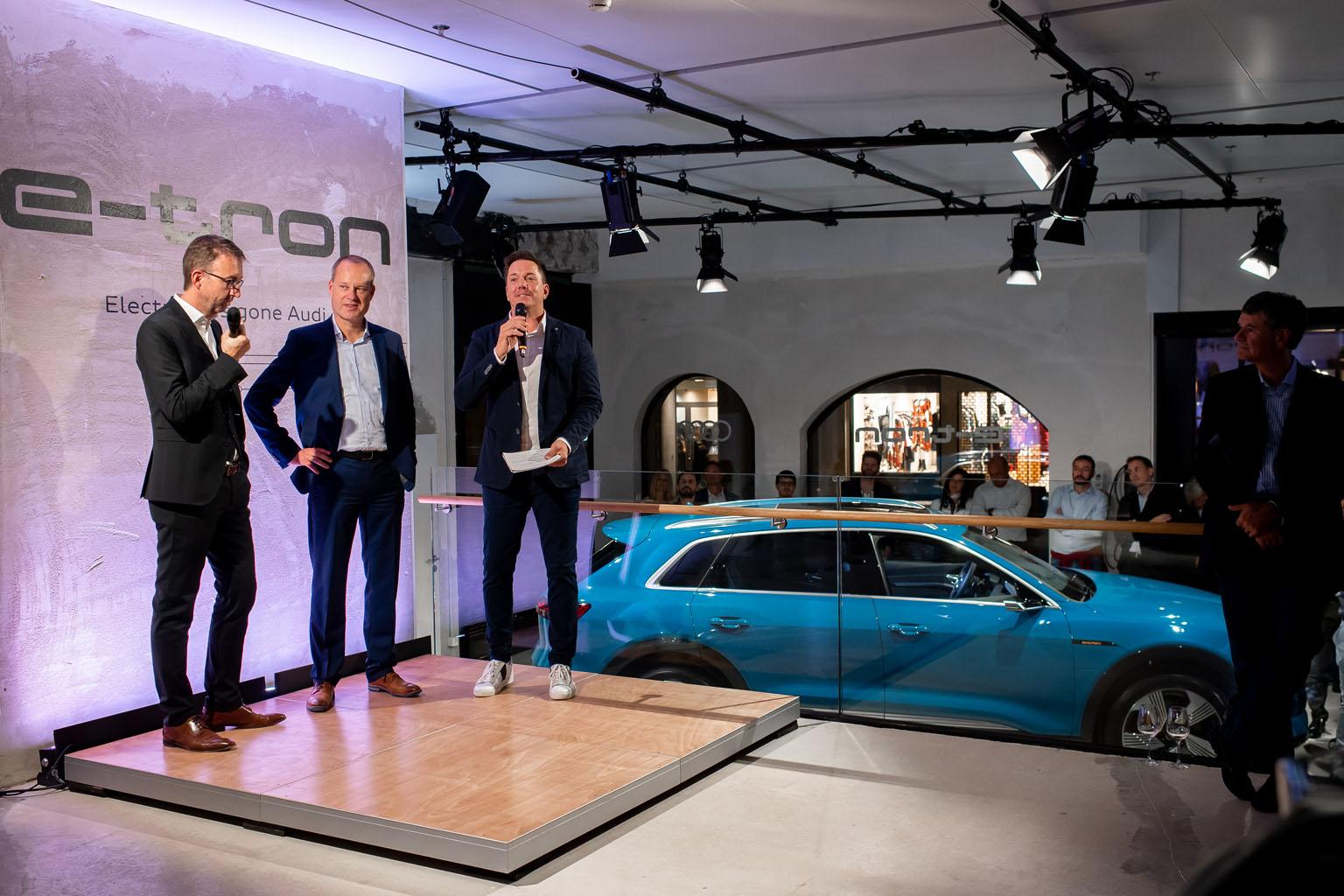Le responsable des marques Audi pour la Suisse, Dieter Jermann, le patron de l'Audi e-tron, Jens van Eikels, et le présentateur Sven Epiney (de g. à d.). (Tom Lüthi)