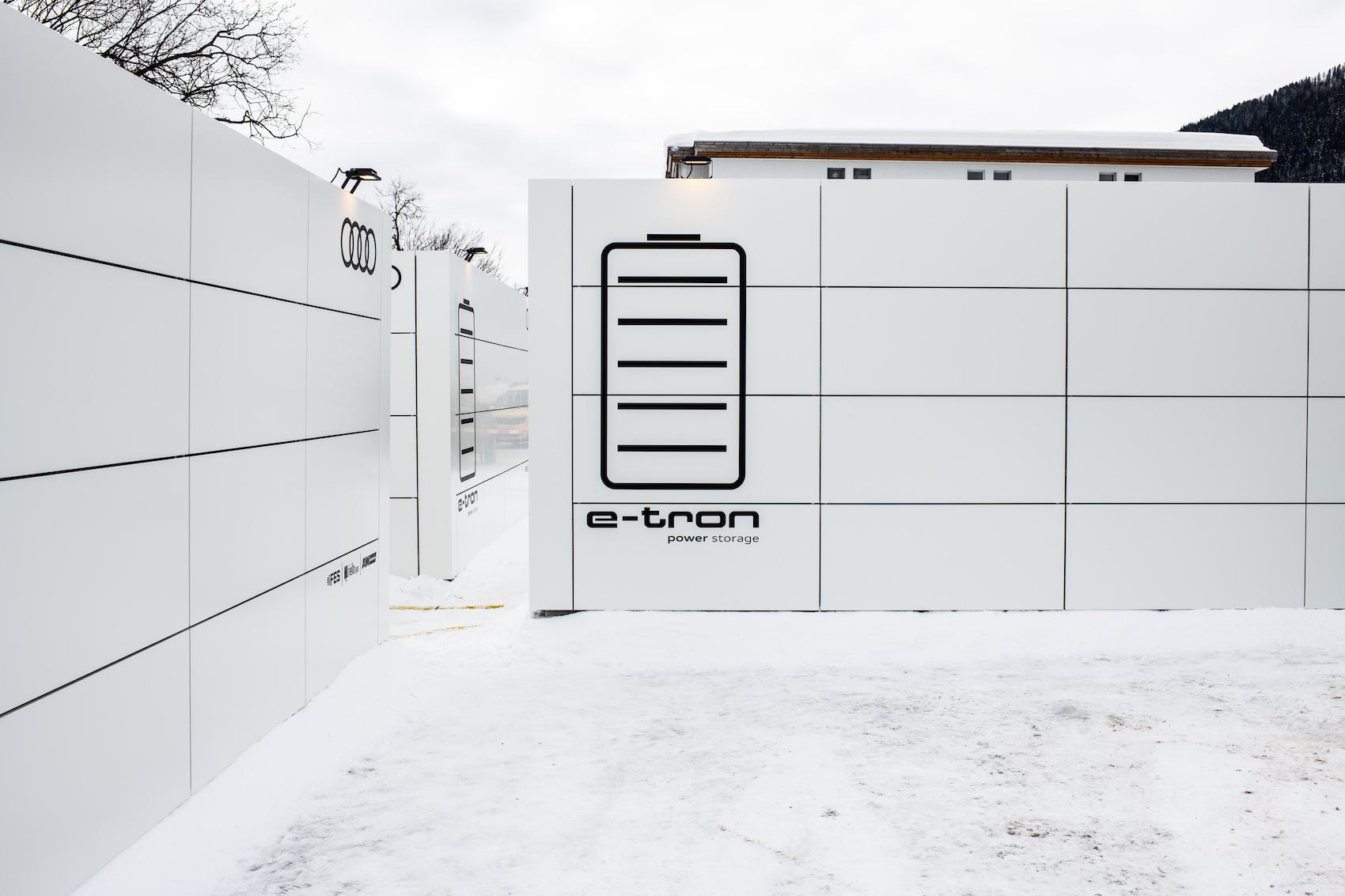 Très sobres, ils regorgent pourtant d'énergie verte: les trois containers high-tech de Davos. (Photo: Adrian Bretscher.)