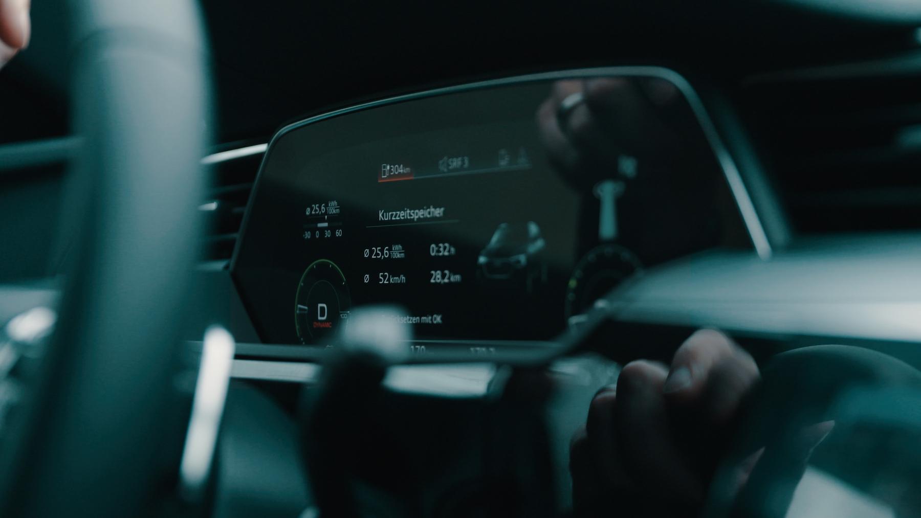 Le cockpit virtuel de l'Audi e-tron indique l'autonomie donnée par l'énergie accumulée.