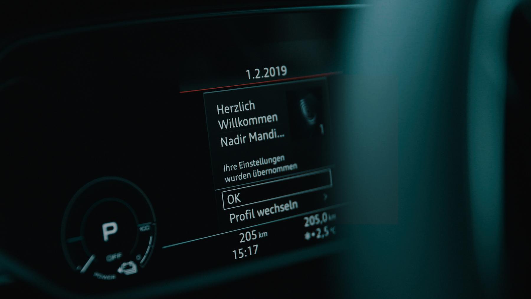 L'e-tron riconosce il pilota e memorizza fino a 400 parametri personali nel profilo del conducente.