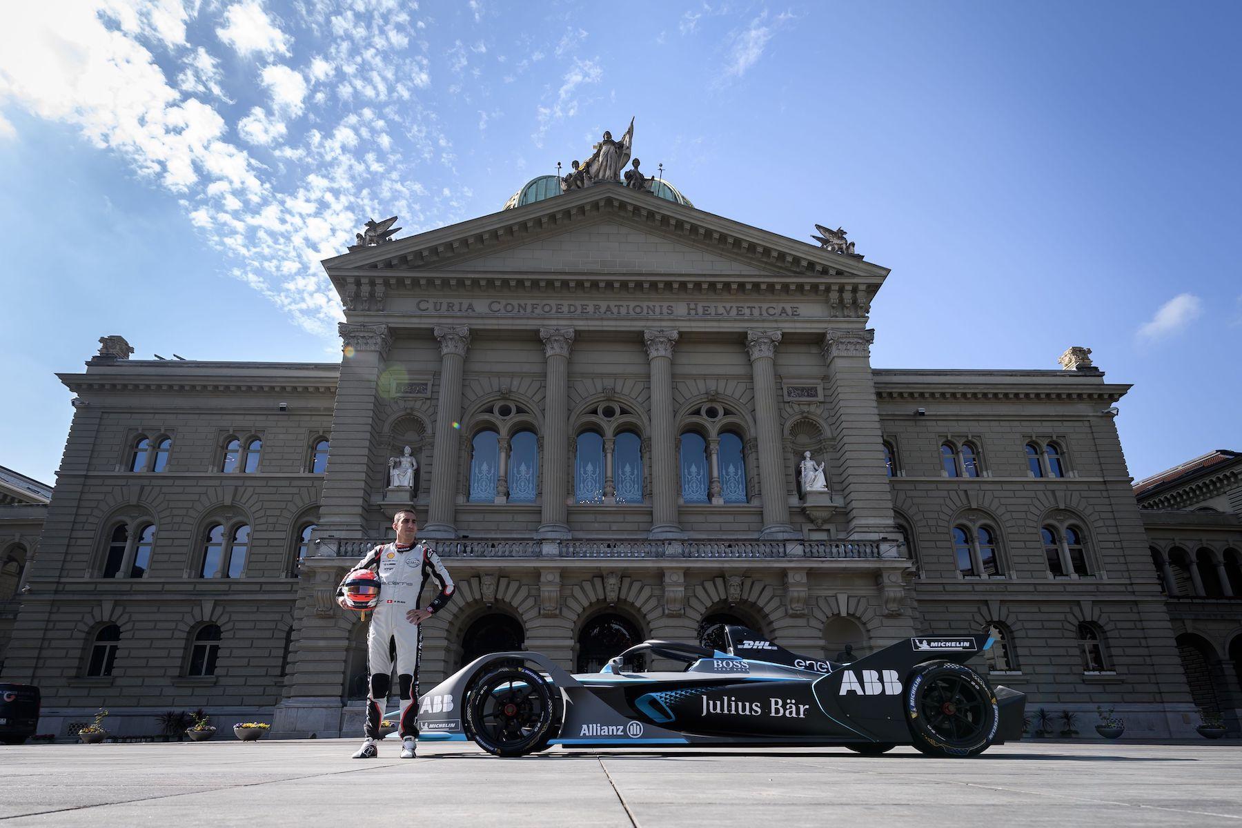 Lo svizzero Sébastien Buemi (qui davanti al Palazzo federale) corre a Berna per la scuderia Nissan. (Keystone/Anthony Anex)