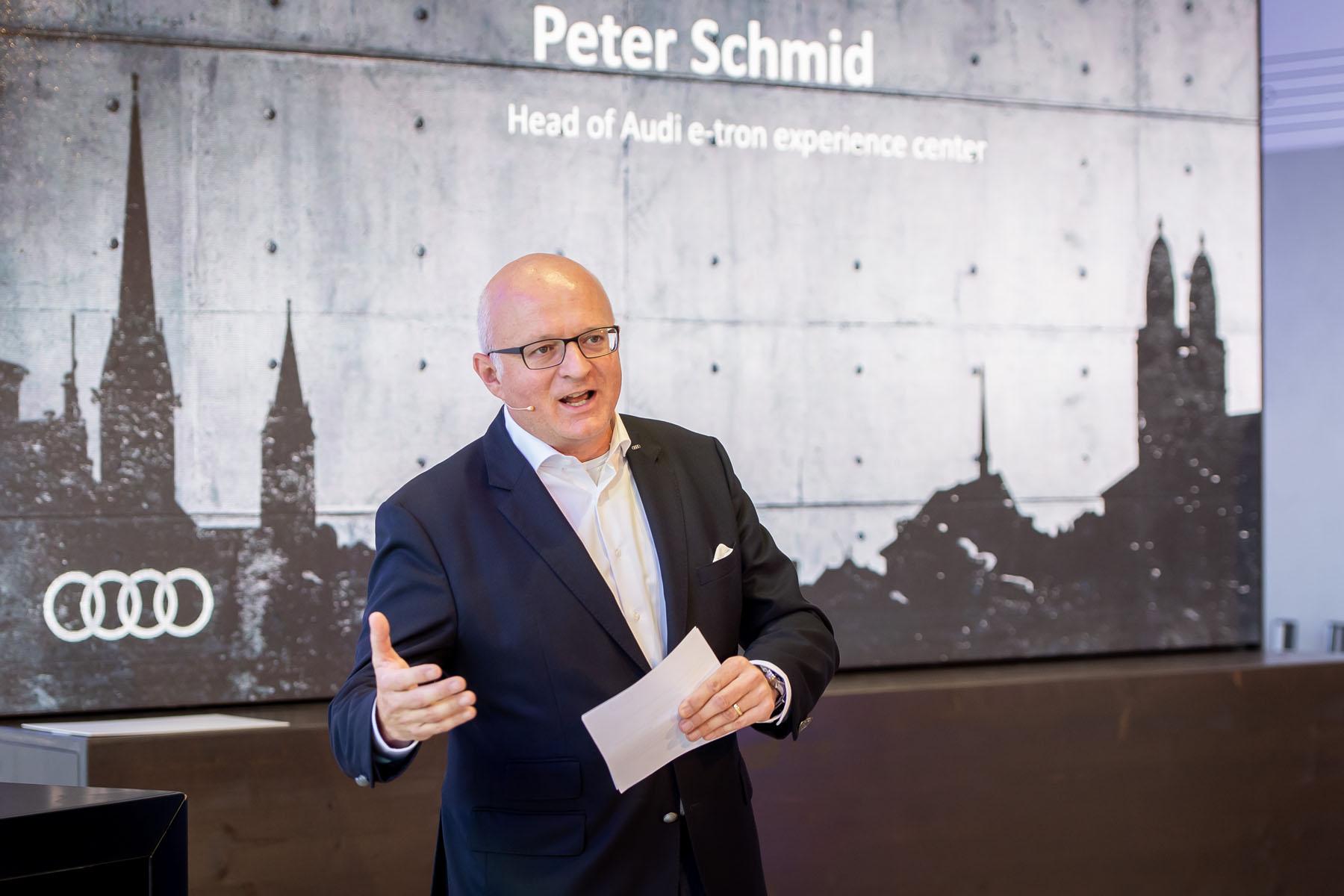 Peter Schmid leitet das e-tron experience center. (Tom Lüthi)
