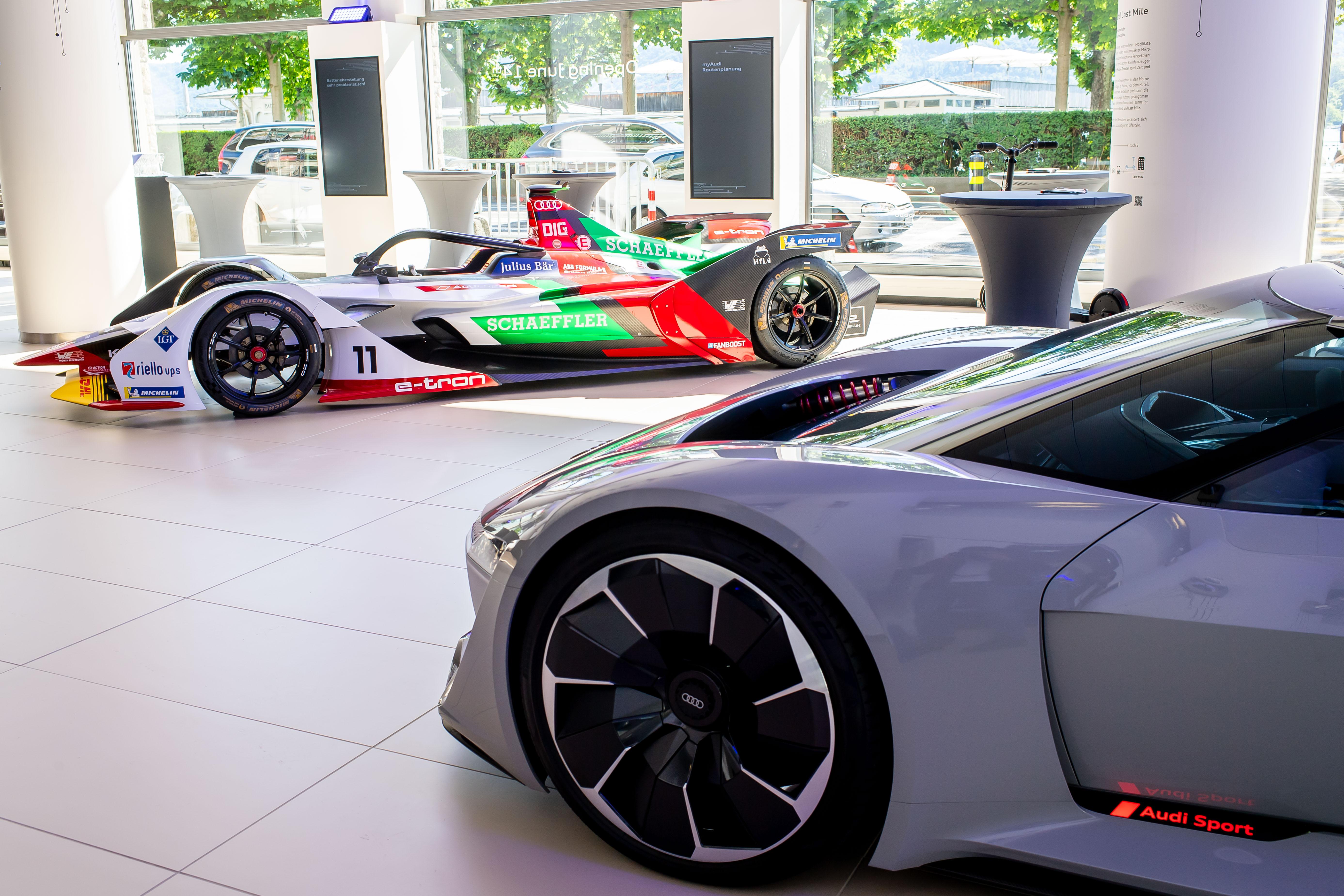 I primi gioiellini: il prototipo di design Audi PB18 e-tron (a destra) e l'auto di Formula E Audi e-tron FE05. (Tom Lüthi)