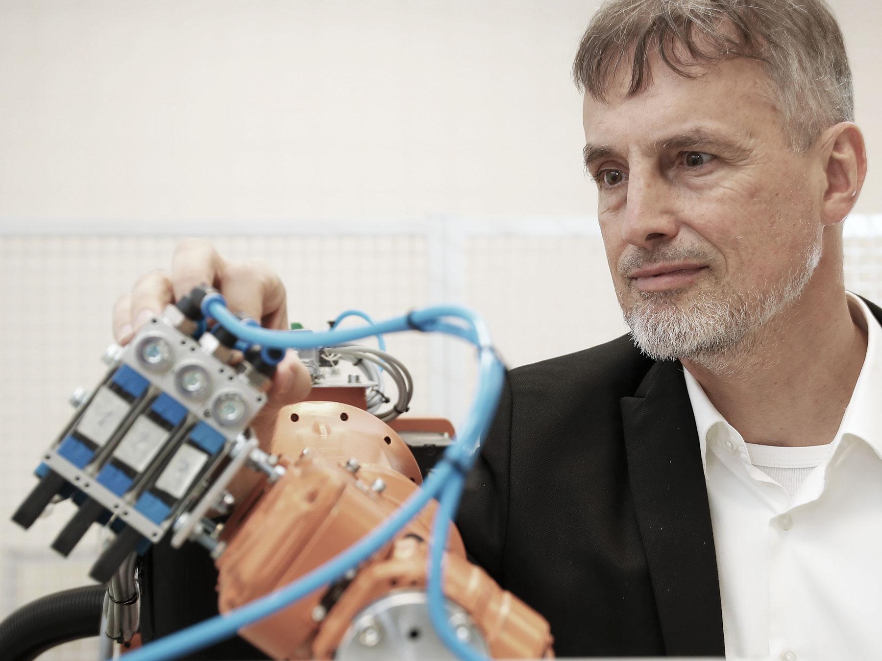 L'humain est encore plus intelligent que les machines: Jürg Schmidhuber avec un robot.