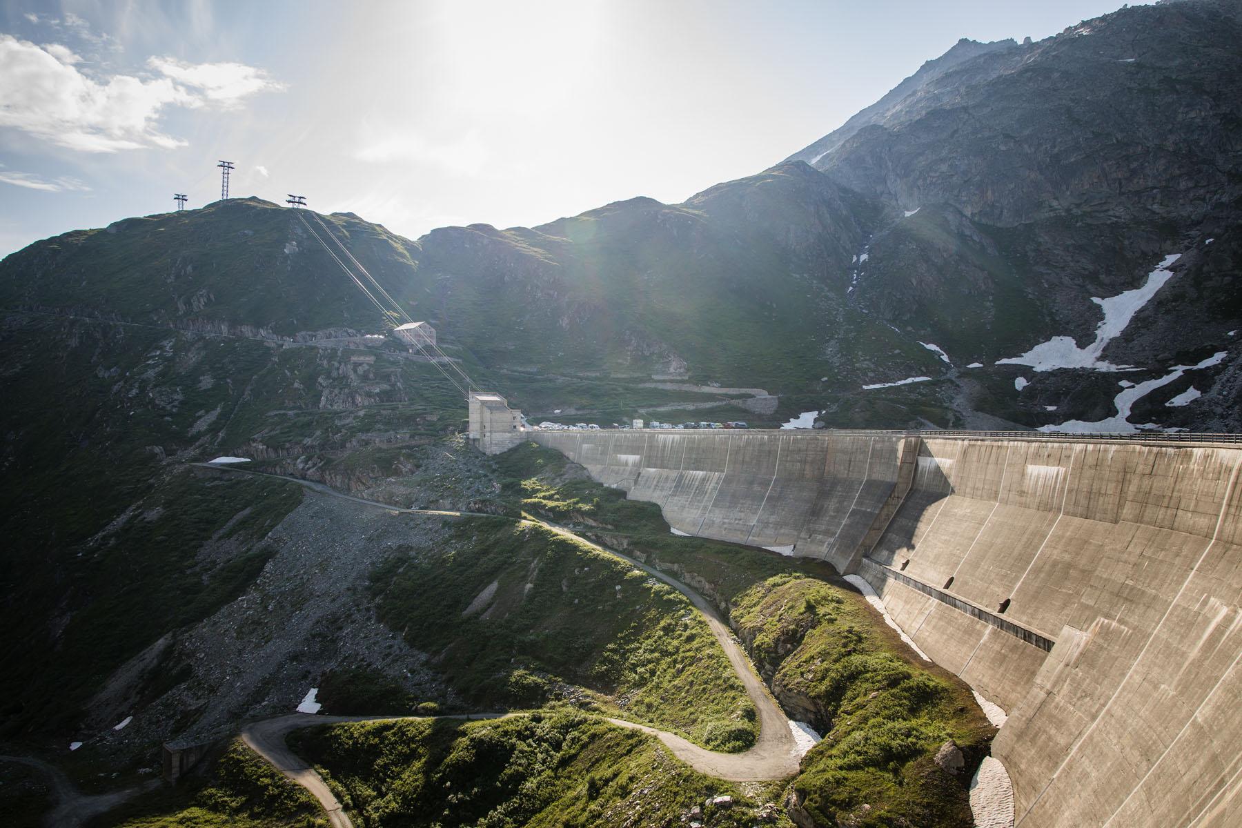 Vue sur le barrage gigantesque à partir de Berghaus Oberaar.