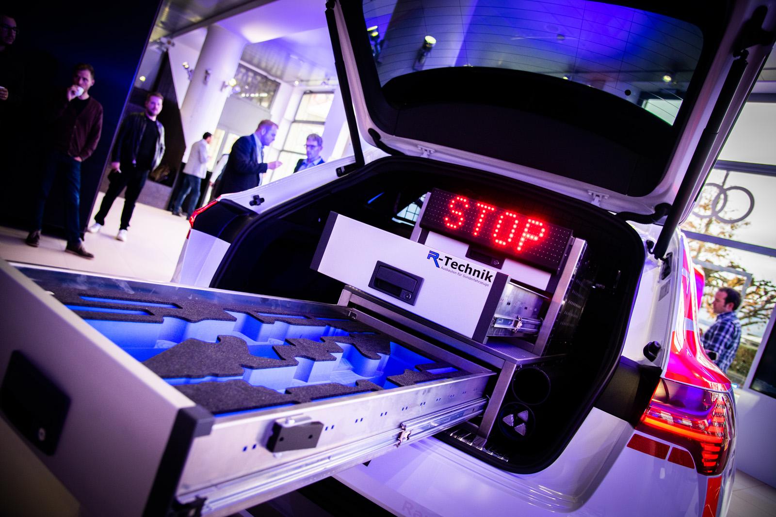 Der Kofferraum des Audi e-tron 55 quattro hat genug Platz für das ganze Polizei-Material inklusive Waffen-Schublade. (Thomas Buchwalder)