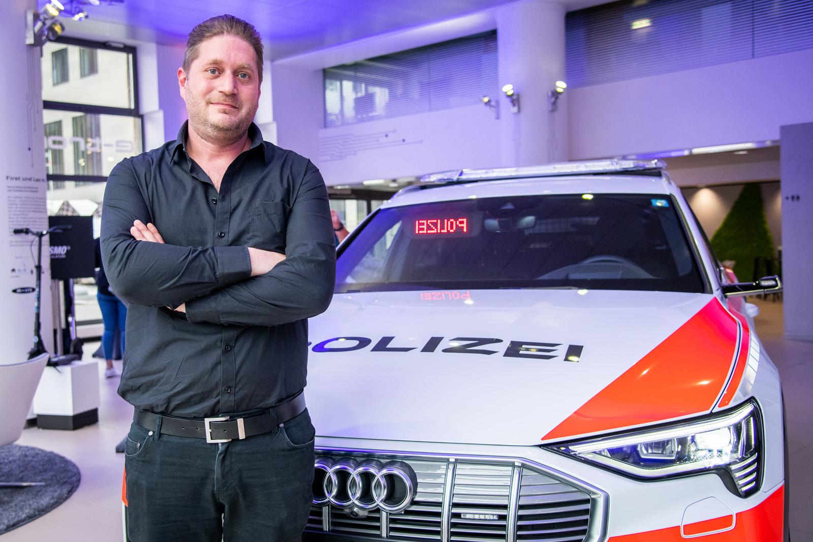 Stefan Riesen vor dem Polizei-e-tron. (Thomas Buchwalder)