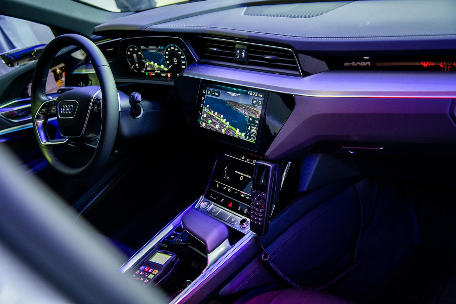 So schick kann ein Polizei-Auto sein: In der Mittelkonsole findet das Funkgerät platz. (Thomas Buchwalder)