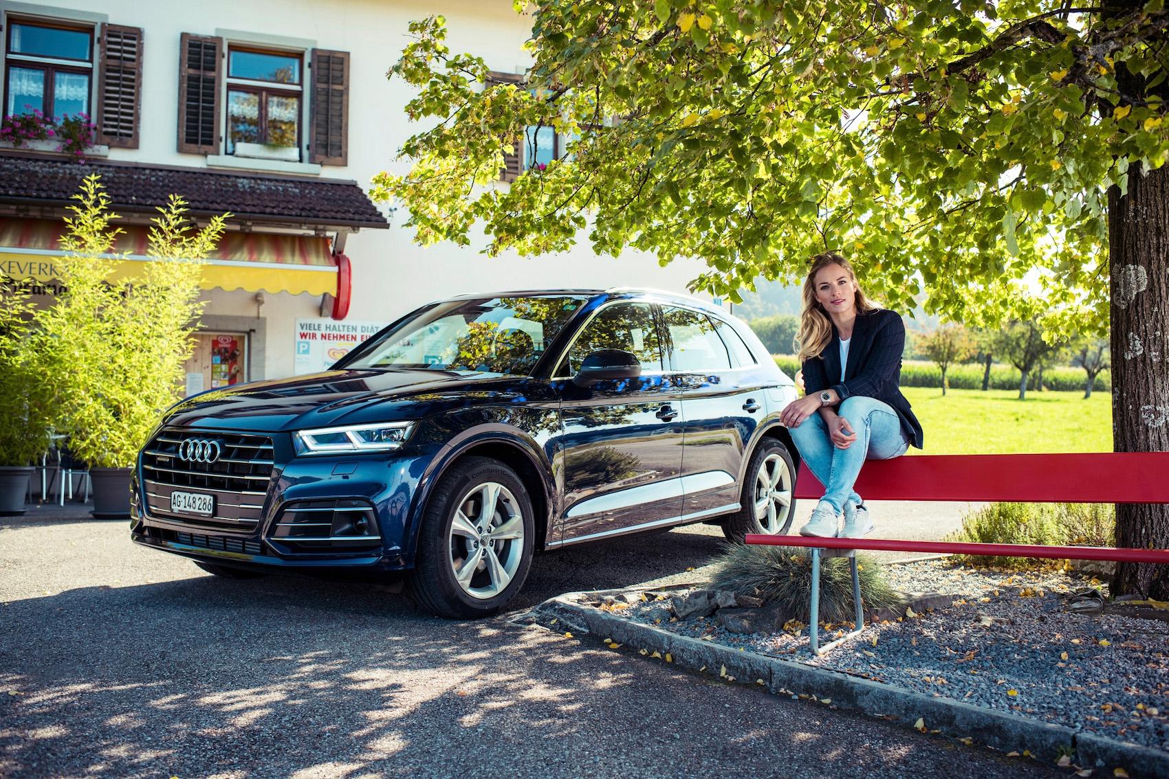 Aussi adaptée aux parcours de découverte dans la campagne qu'à la circulation urbaine: Lara Gut-Behrami avec l'Audi Q5 TFSI e à Hausen am Albis (en haut) et dans la vieille ville de Zurich.