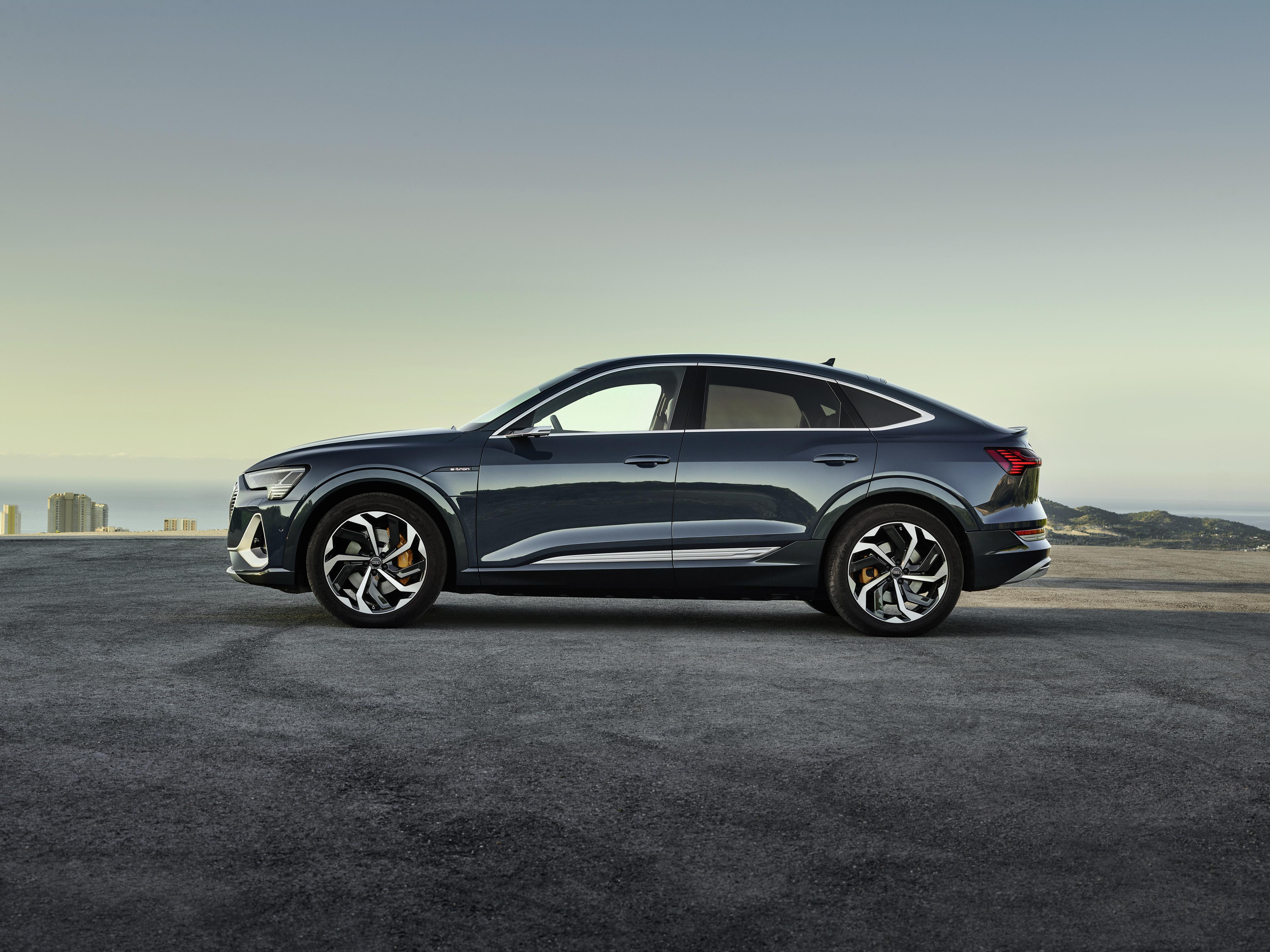 Der Audi e-tron Sportback in der exklusiven Farbe Plasmablau metallic. (AUDI)
