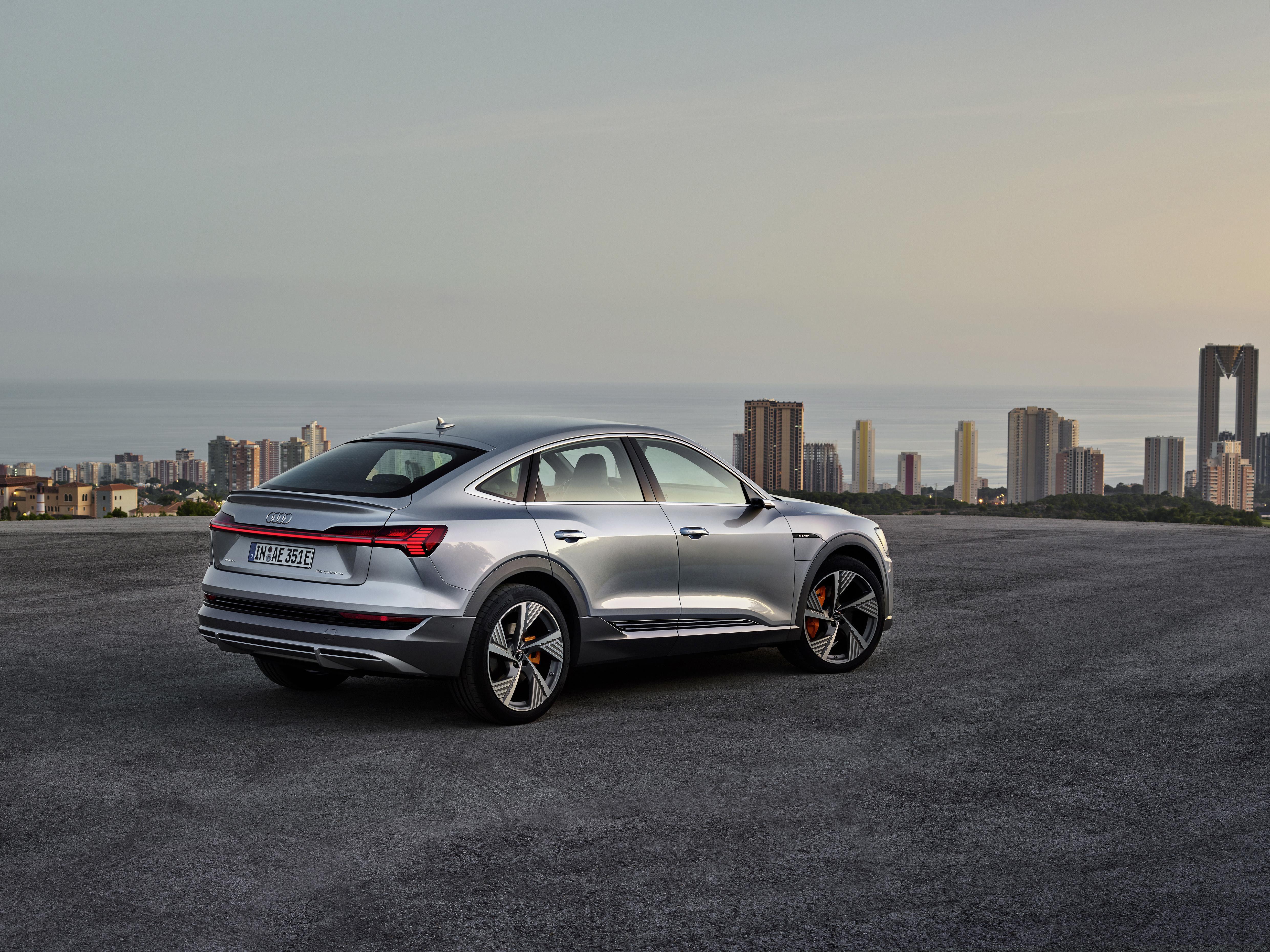 Die sportlichen Gene des Audi e-tron Sportback treten mit dem S line-Modell besonders hervor. (AUDI)