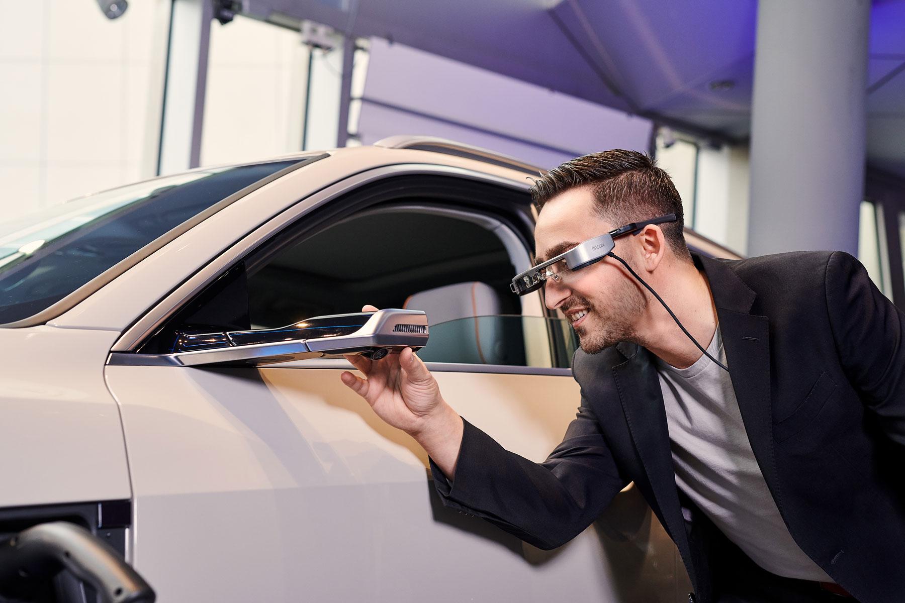 Un face-à-face avec l'Audi e-tron: grâce aux lunettes intelligentes du conseiller, tous les détails sont passés au crible – même les rétroviseurs extérieurs virtuels. (AUDI)