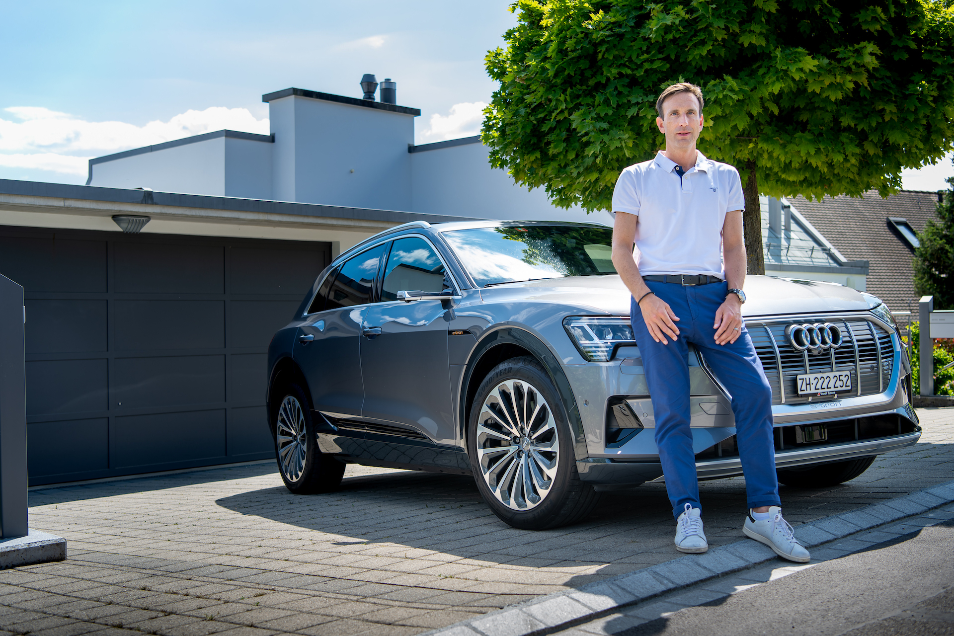 NadirMandioni devant son Audi e-tron. (Tom Lüthi)