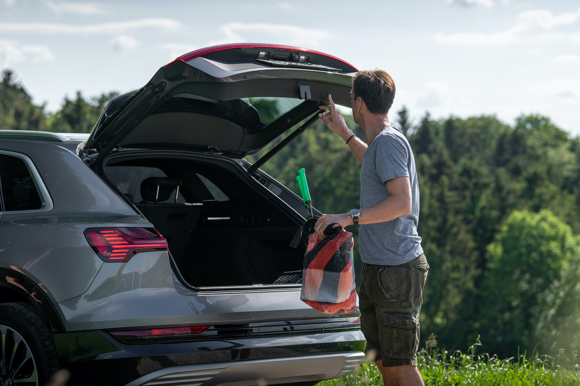 Il bagagliaio dell'Audi e-tron è capace di 660litri. Poiché non c'è un motore a combustione nella parte anteriore dell'auto, qui si trova un ulteriore vano porta oggetti, ad esempio per il cavo di ricarica – «o per una torta fredda per il picnic», afferma entusiasta Mandioni. (Tom Lüthi)
