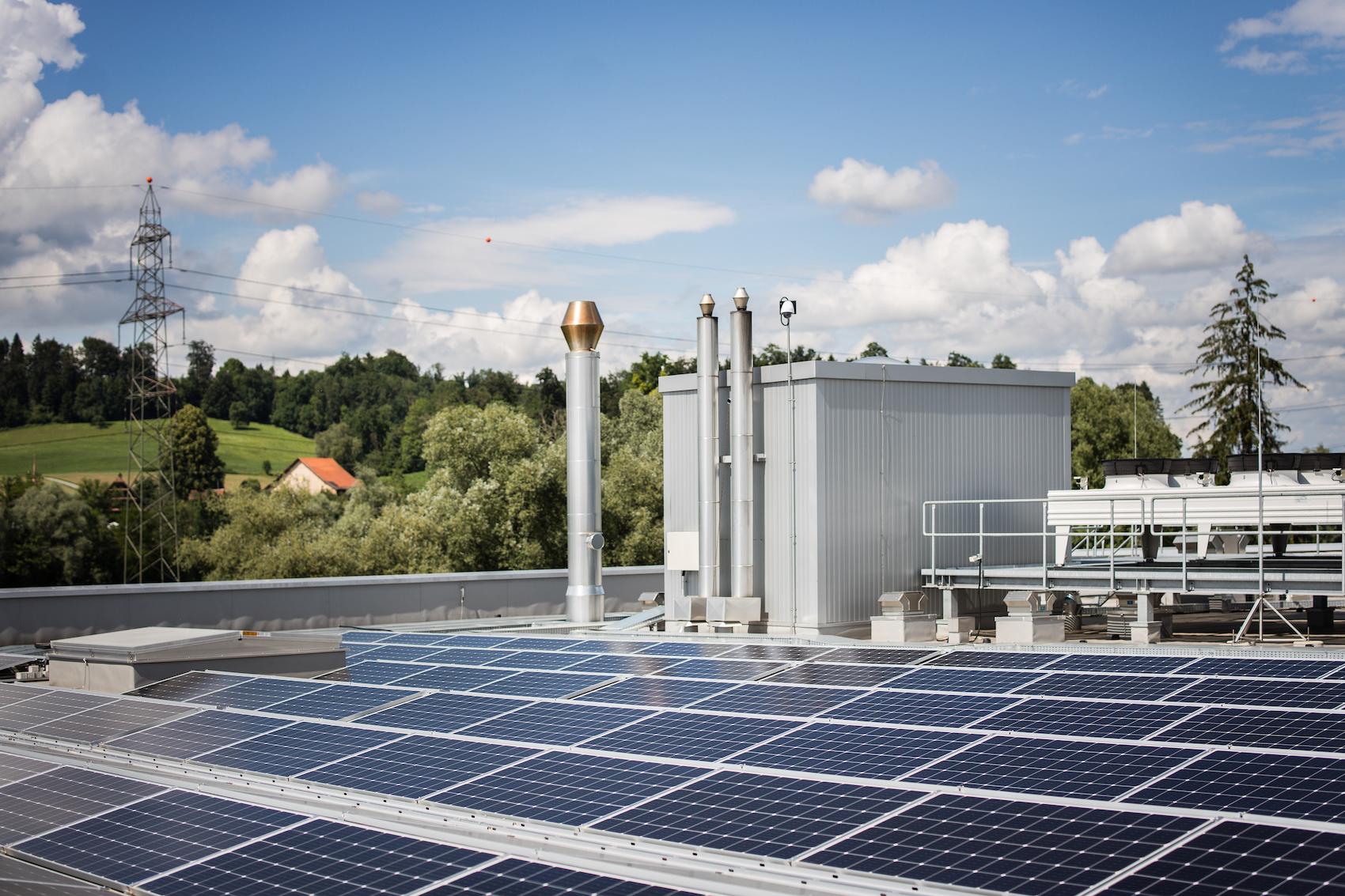 Les particuliers aussi sont gagnants lorsqu'ils consomment ou stockent sur place l'électricité produite sur leur propre toit, plutôt que de la réinjecter dans le réseau.