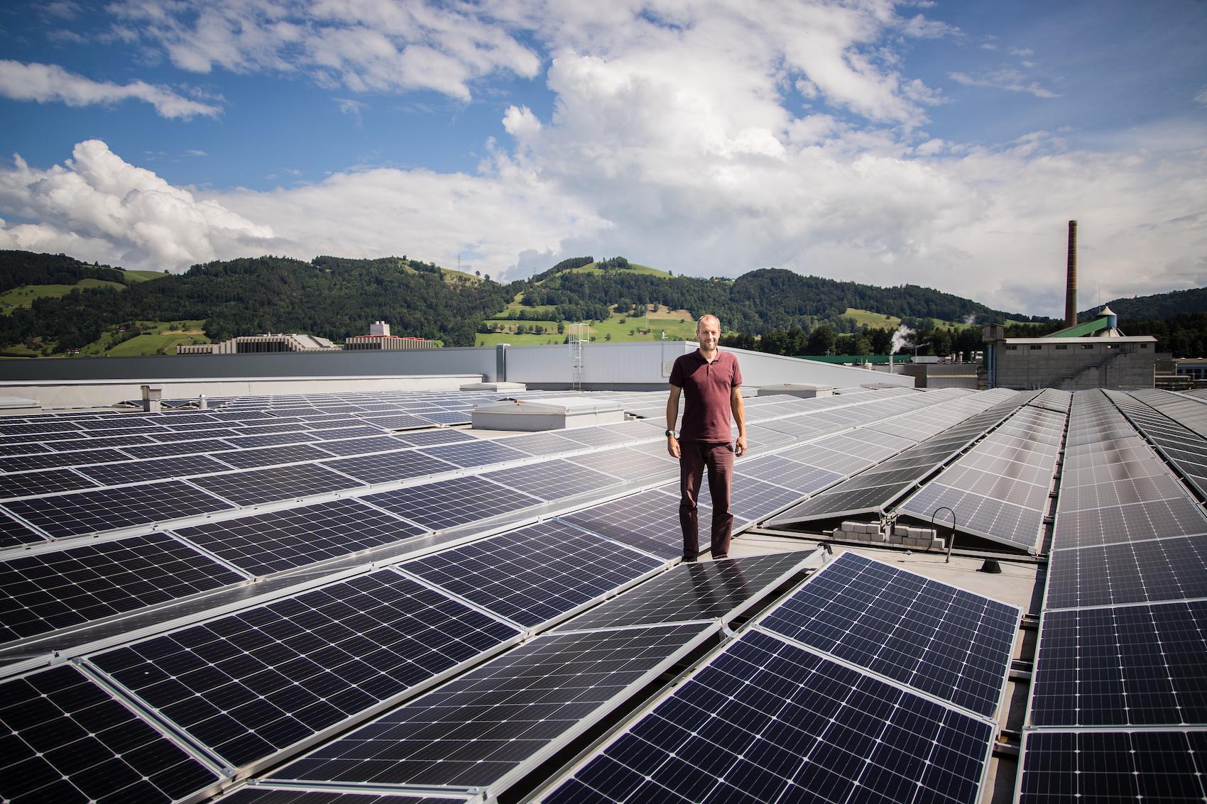 Le chef de projet Martin Rimer sur la toiture de 4,5 hectares.