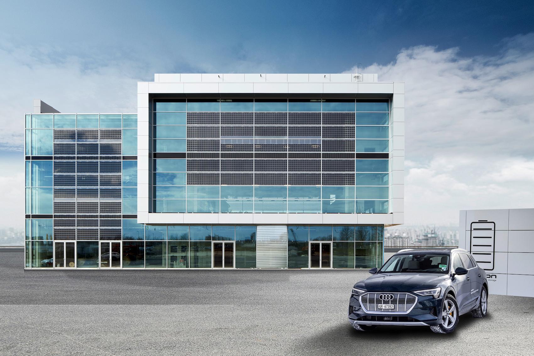 Celle solari sulla vetrata all'Audi Brand Experience Center presso l'aeroporto di Monaco. (AUDI)