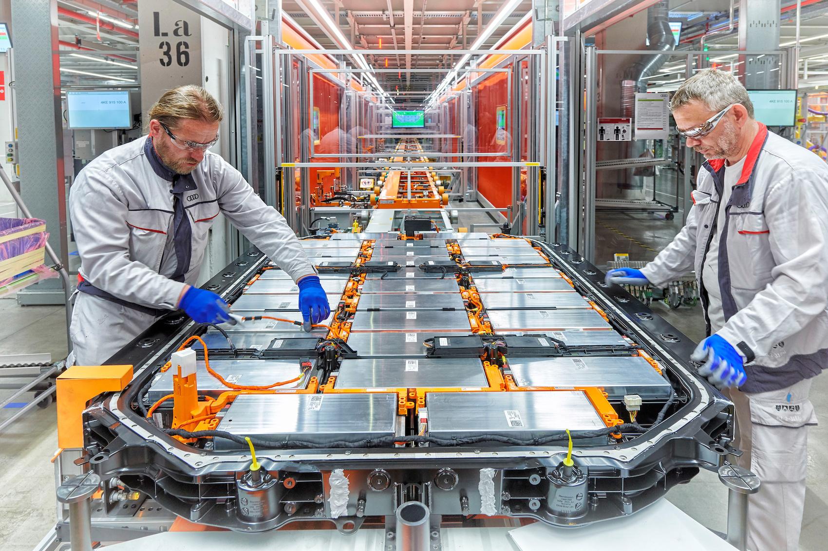 Dei lavoratori installano dei cavi ad alta tensione presso lo stabilimento e-tron di Bruxelles. (AUDI)