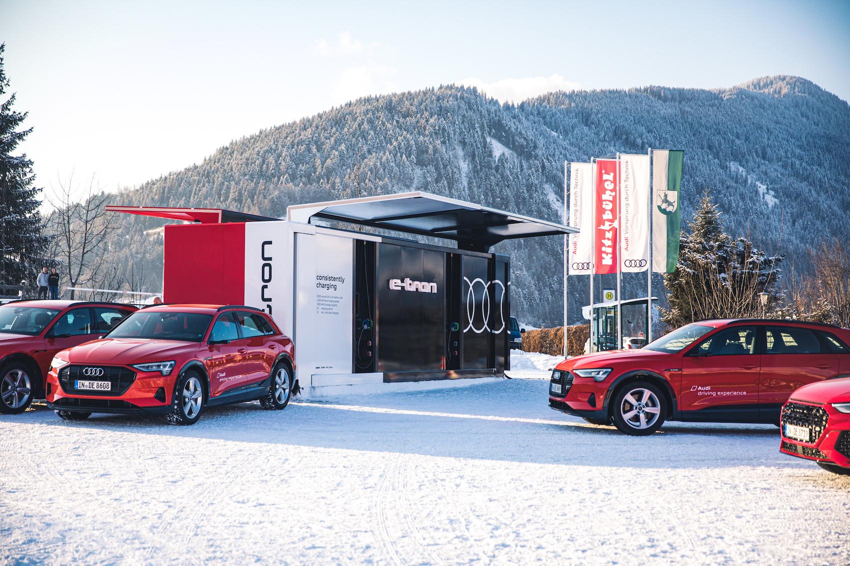 La flotta Audi e i container di ricarica a Davos. (AUDI)