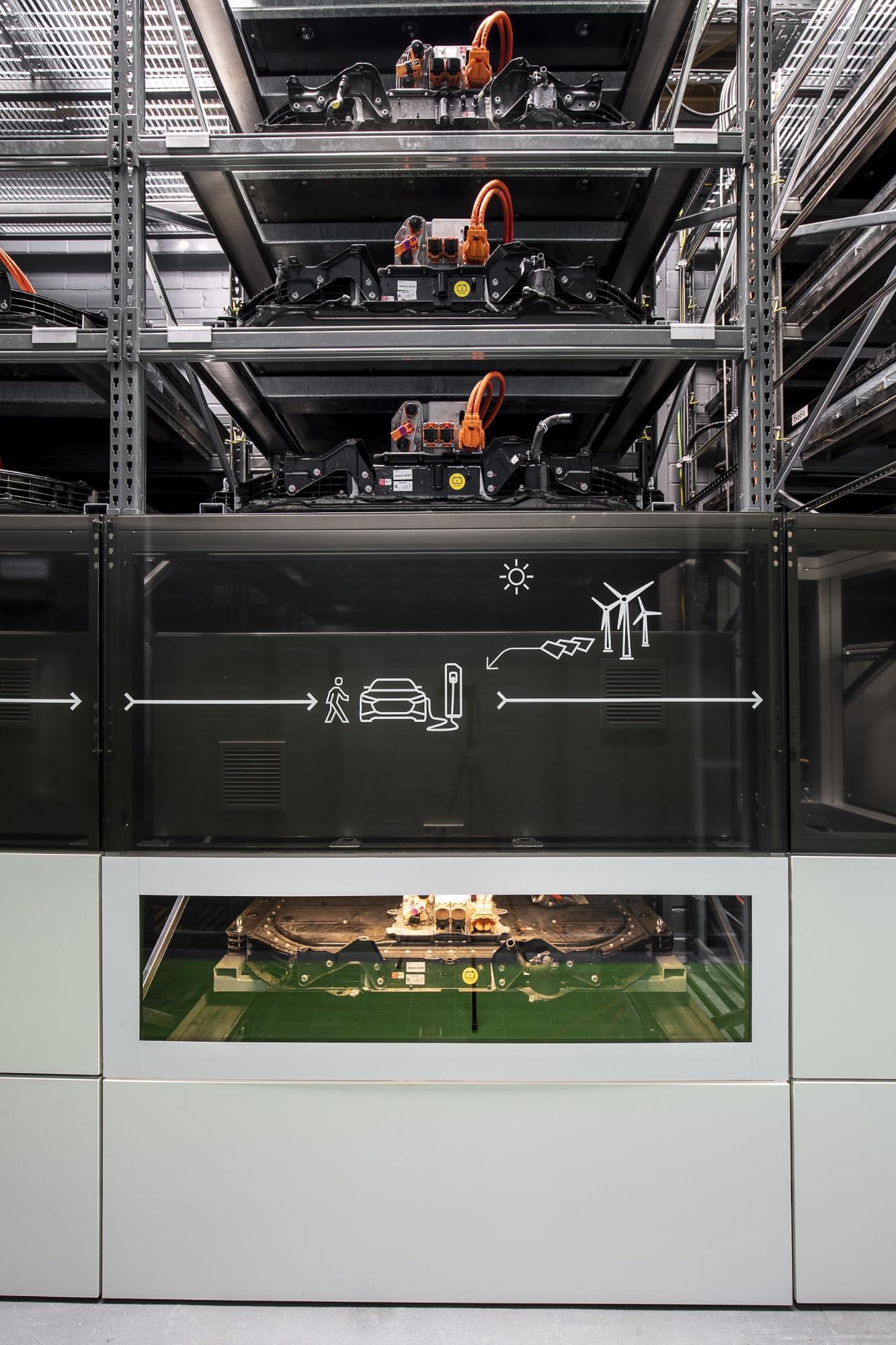 Una volta tante batterie per auto, oggi un'unica unità: visuale delle batterie e-tron accatastate diventate impianto di stoccaggio multiuso presso il campus EUREF a Berlino. (AUDI)