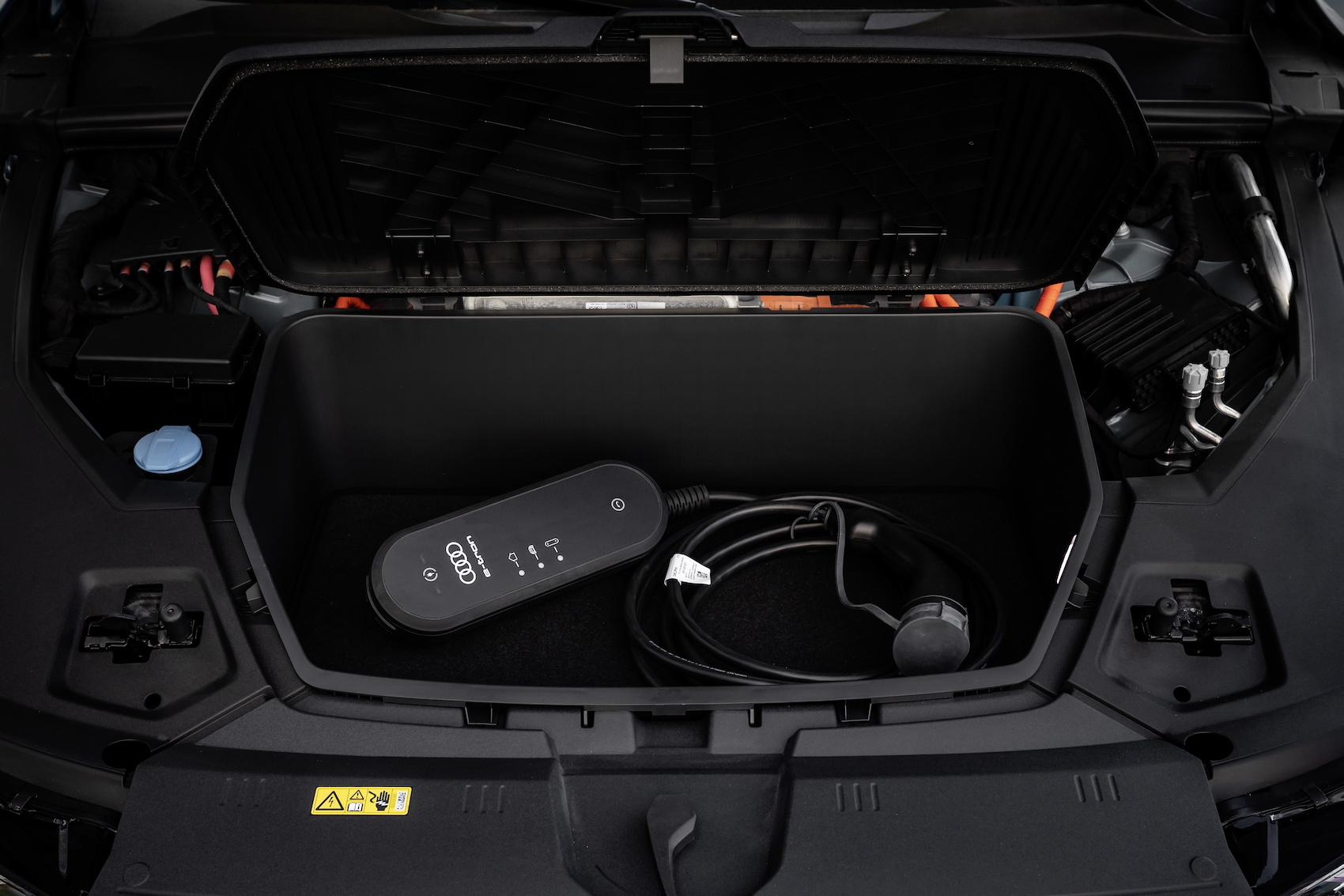 Le système de recharge compact se range facilement dans le coffre avant de l'Audi e-tron. (AUDI)