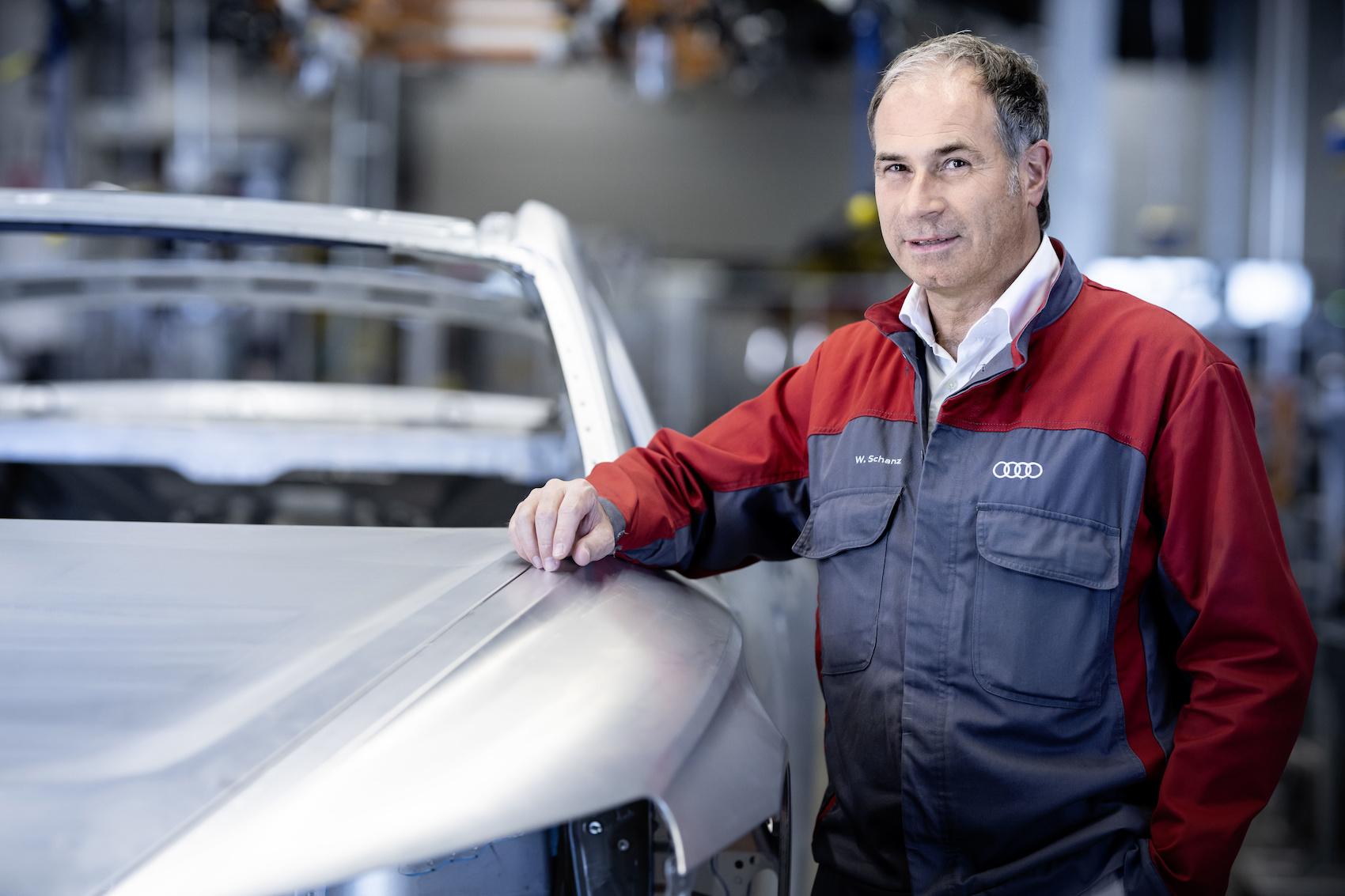 Le responsable de la production Wolfgang Schanz pose avec une carrosserie d'e-tron GT. (Audi)