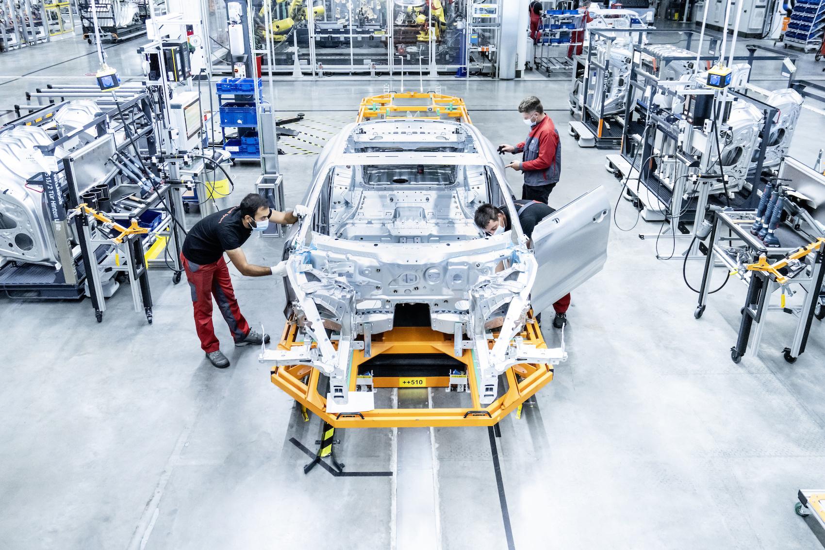 Pour construire une Audi e-tron GT, il faut des robots, des lunettes de RV, et beaucoup de travail manuel. (Audi)