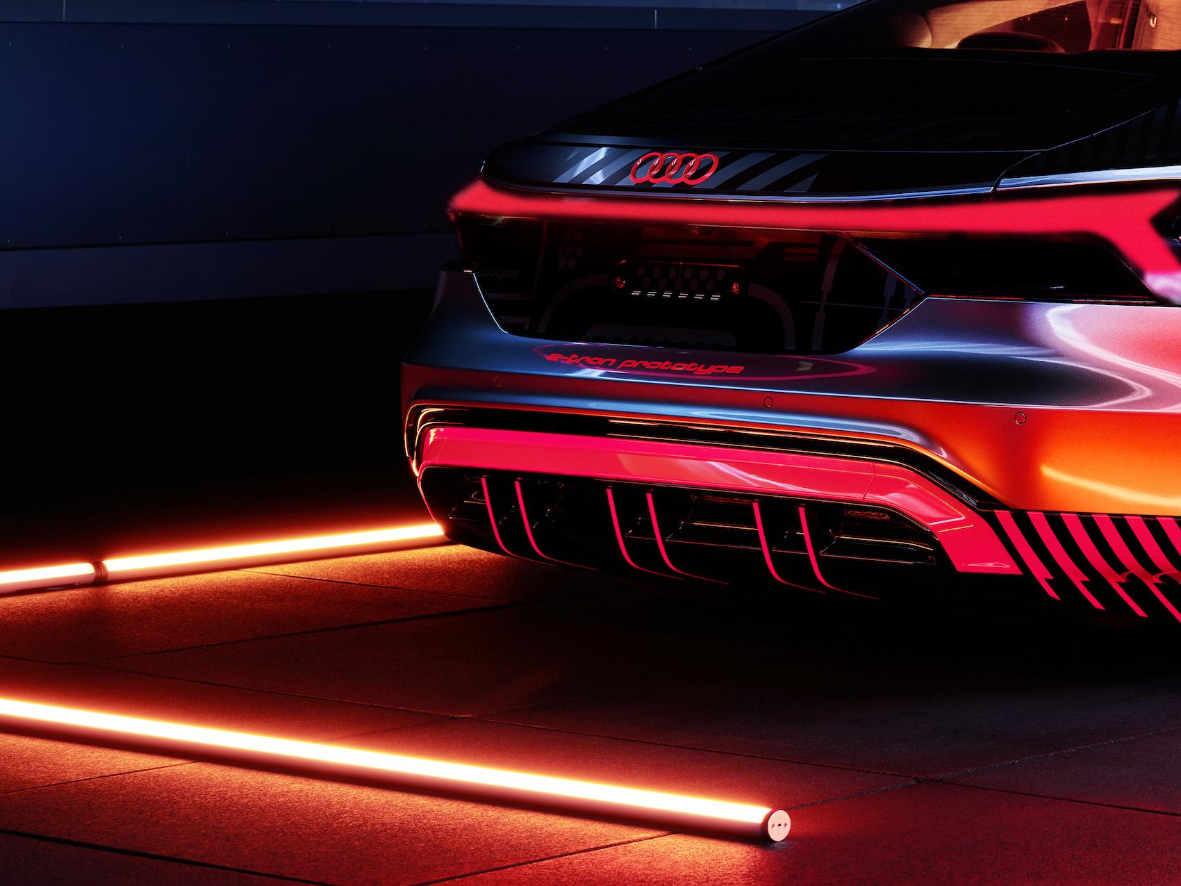 Une première: l'Audi R8 avec moteur à combustion V10 et l'e-tron GT entièrement électrique sont construites sur une ligne de montage commune. (Audi)