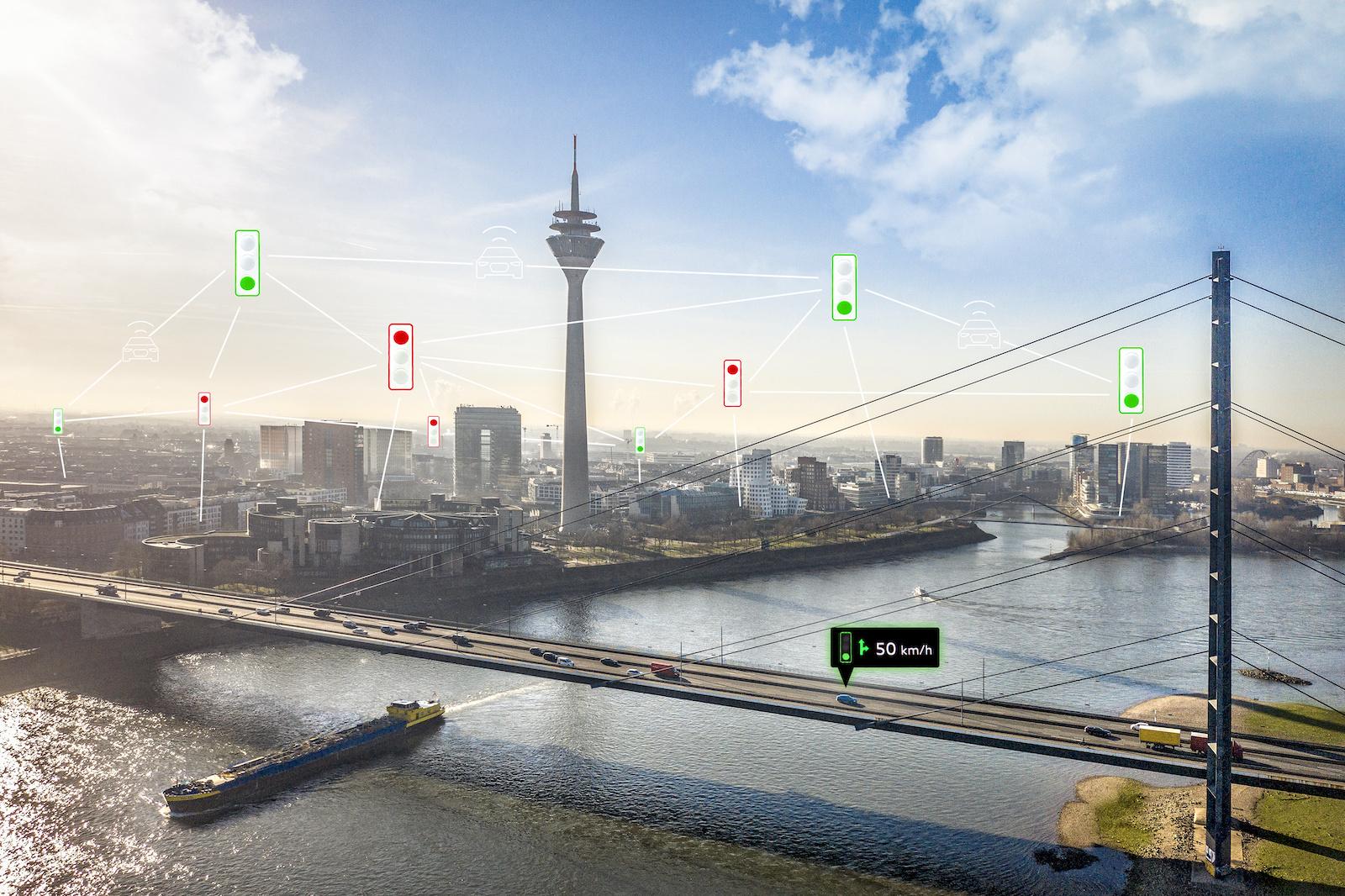 Vehicle-to-Infrastructure-Dienste (V2I) – hier ein Ampel-Informationssystem in Düsseldorf (D), das Audis seit Anfang 2020 die Ampelfarbe meldet – sollen es autonom fahrenden Autos einfacher machen. (AUDI)