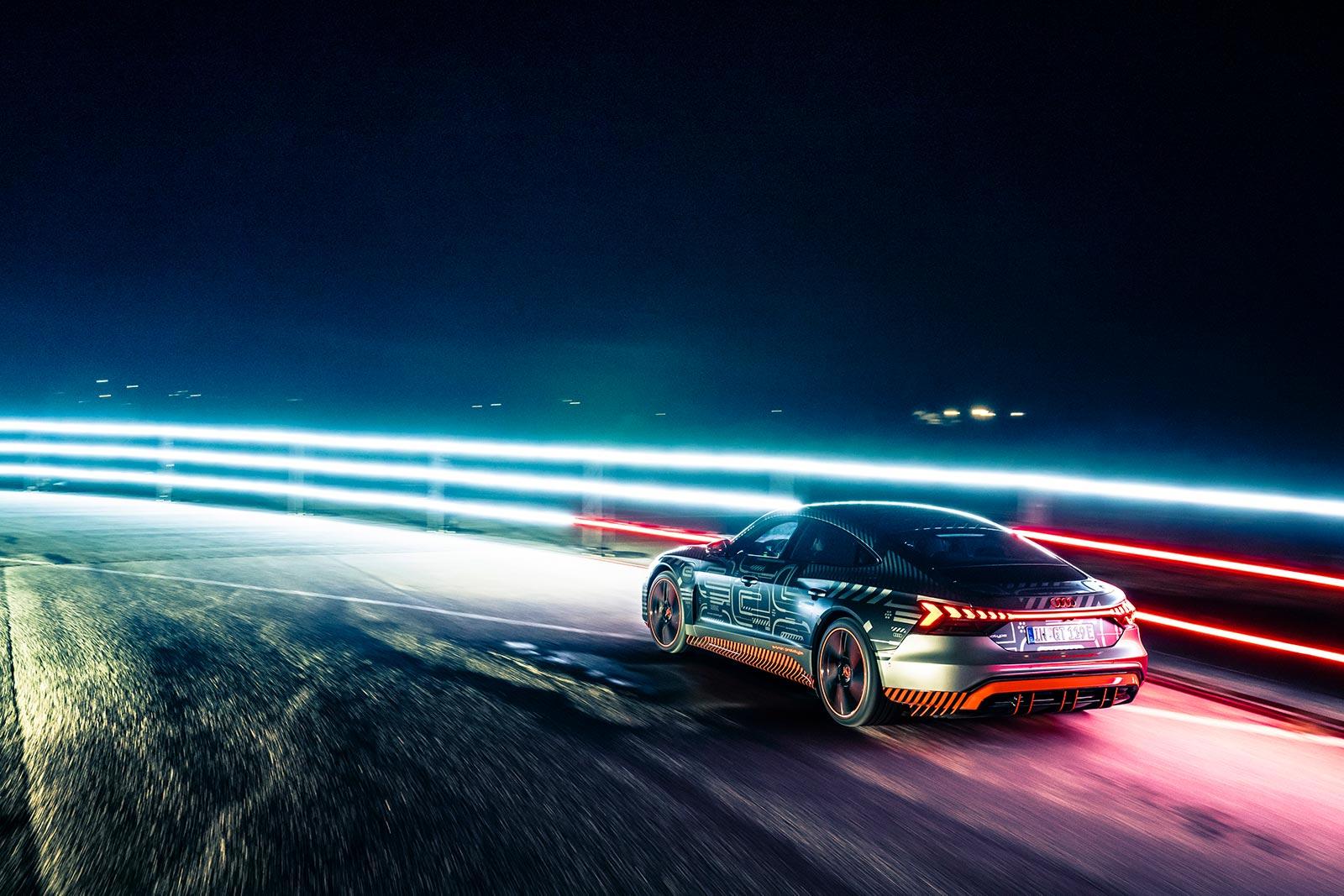 Auch eine Form von Car Sharing: Formel-E-Pilot Lucas di Grassi testet einen seriennahen Prototypen des Audi e-tron GT. Der Sportwagen ist 2021 auch in der Schweiz erhältlich. (AUDI)
