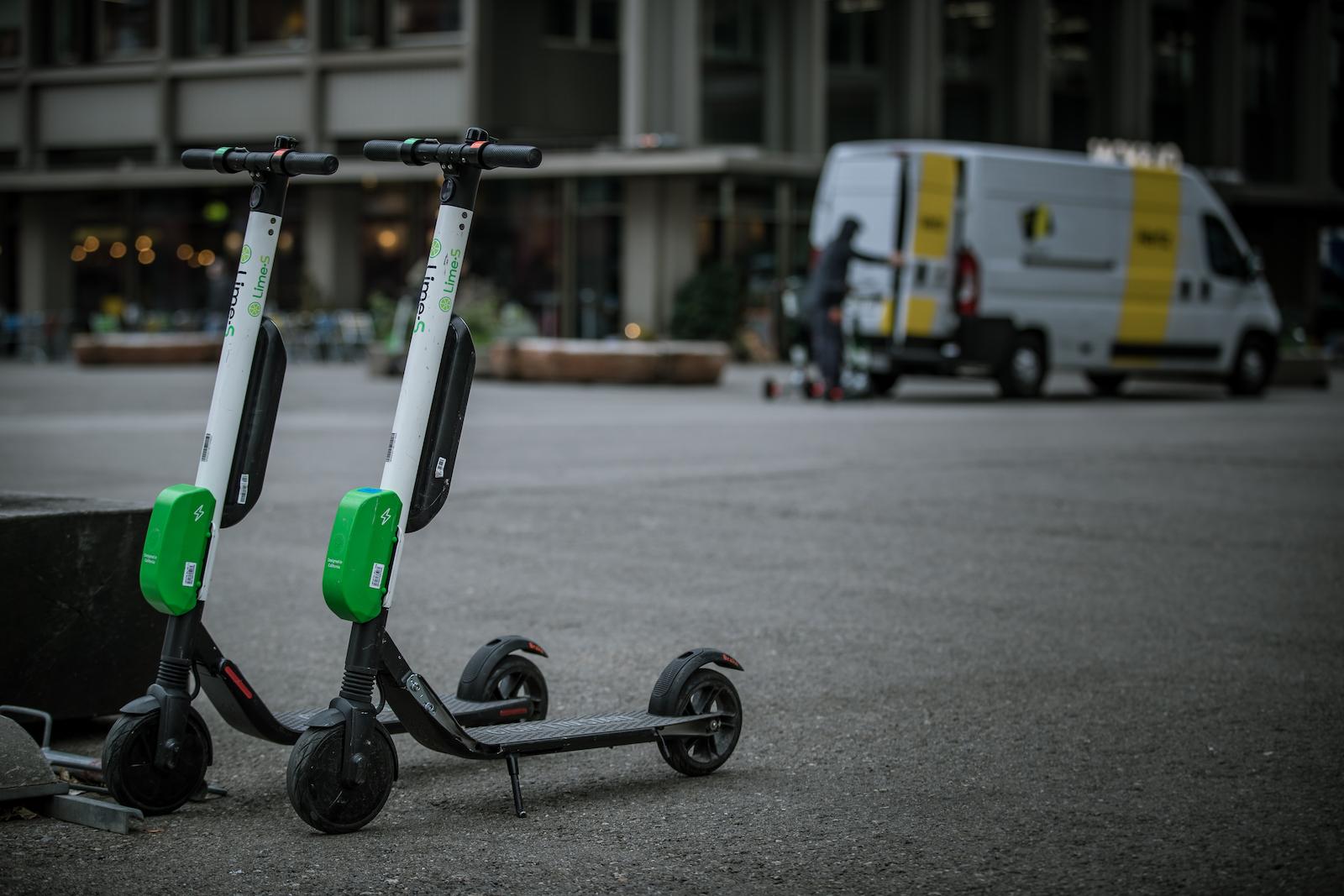 Electroscooter von Anbietern wie Lime warten in vielen grösseren Schweizer Städten auf Kurzzeitmieter. (Philippe Rossier)