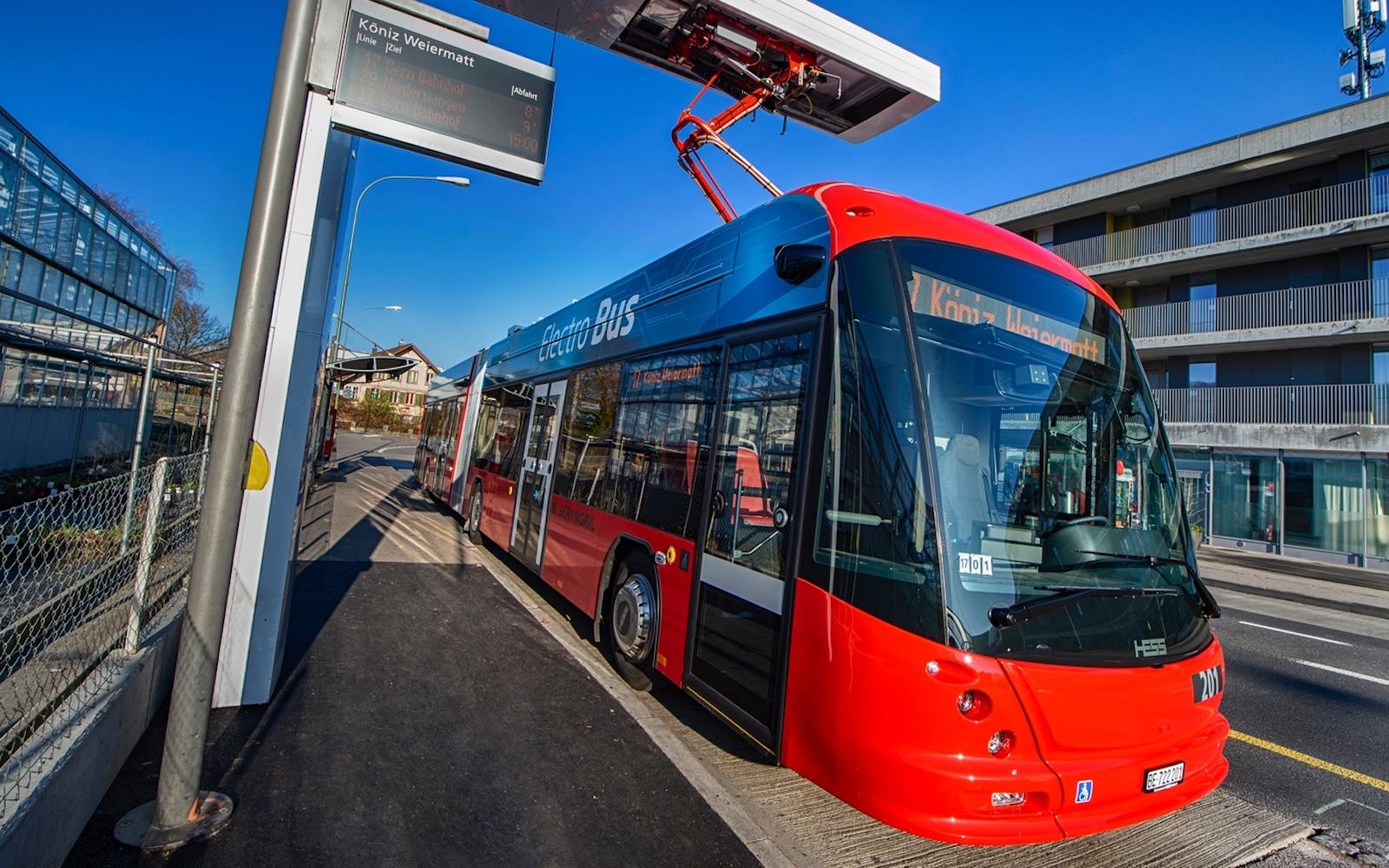 Die Elektrobusse von Bernmobil werden an der Endhaltestelle aufgeladen. (Bernmobil)